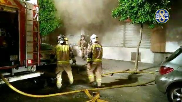 Bomberos en el lugar del incendio de la barriada de la Oliva