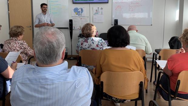 En la imagen el doctor Alberto Aliaga explicando a los pacientes el contenido del programa.