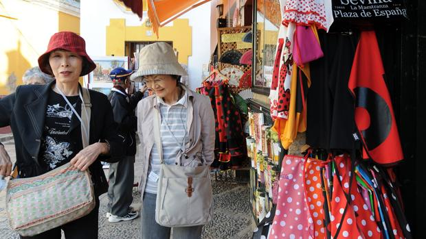 Dos turistas orientales en el barrio de Santa Cruz