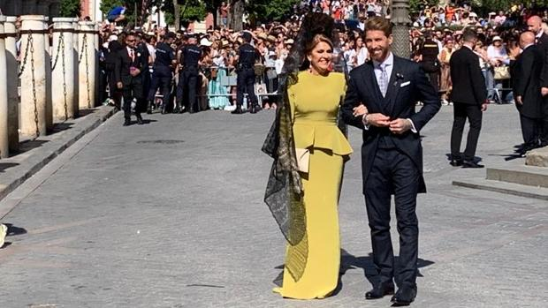 Sergio Ramos con su madre a la llegada de la Catedral