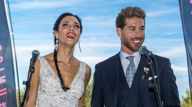 Sergio Ramos y Pilar Rubio atienden a los medios de comunicación durante su boda