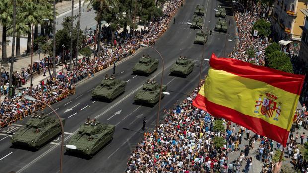 Tanques del Ejército español pasando por el Paseo Colón en el día de las Fuerzas Armadas