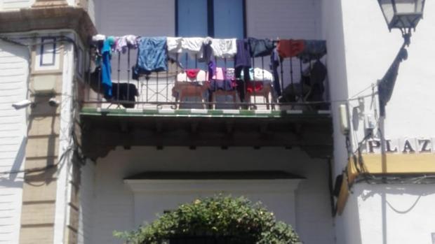 Balcón de un apartamento turístico en la plaza de Santa Cruz