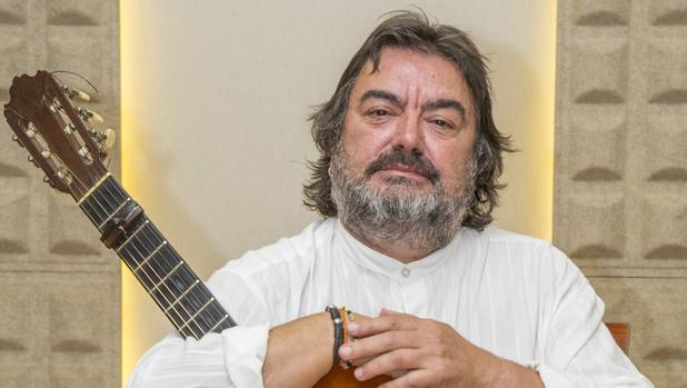 El guitarrista Ricardo Miño Álvarez junto a su guitarra en un estudio