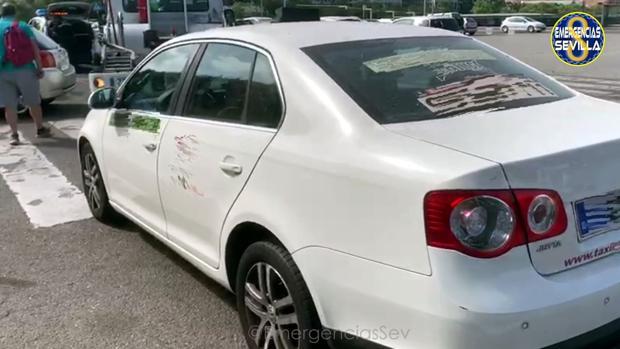 Imagen del taxi tras ser retirado por la grúa