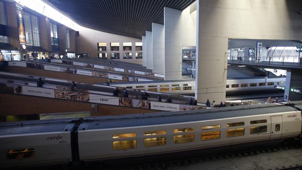 La huelga de los trabajadores de Renfe ha dejado varios trenes parados en Santa Justa