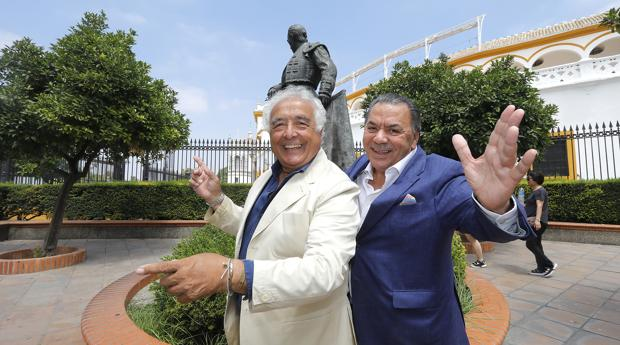 Antonio Romero y Rafael Ruiz, componentes de Los del Río, junto a la estatua de Curro Romero