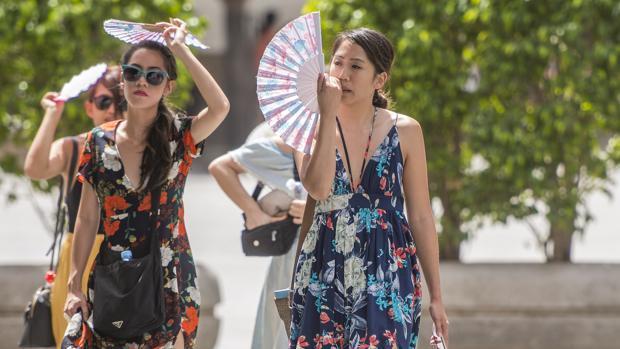 Turistas soportando el calor de la ciudad