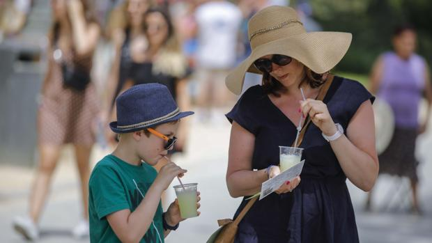 Turistas refrescándose en una tarde calurosa