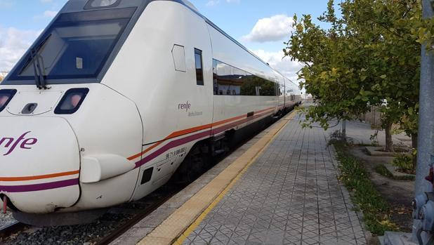 Tren de media distancia detenido en la estación de Arahal-El Sorbito