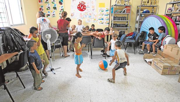 Varios niños en un aula matinal de un colegio