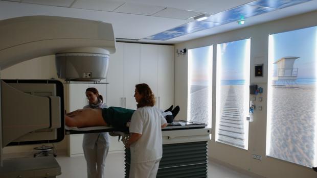 Sala de uno de los aceleradores lineales de radioterapia en el Hospital Quirónsalud Infanta Luisa