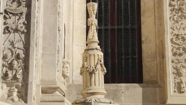 Estado en el que ha quedado la cruz del Arquillo del Ayuntamiento tras el ataque vandálico