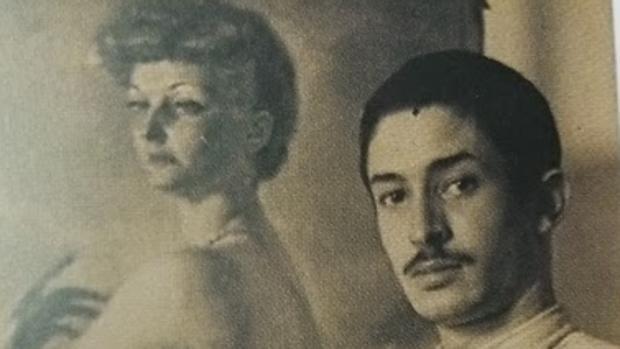 El artista ante uno de sus retratos