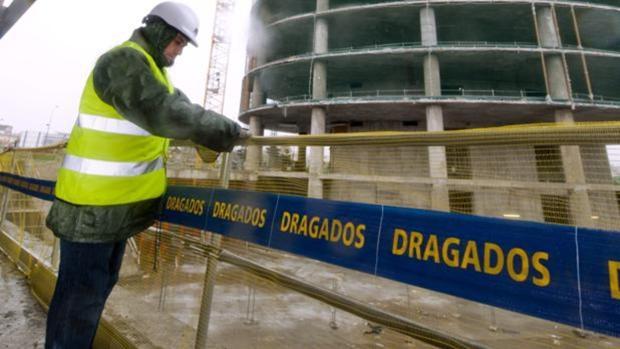 Un operario en una de las obras de la constructora Dragados en Sevilla