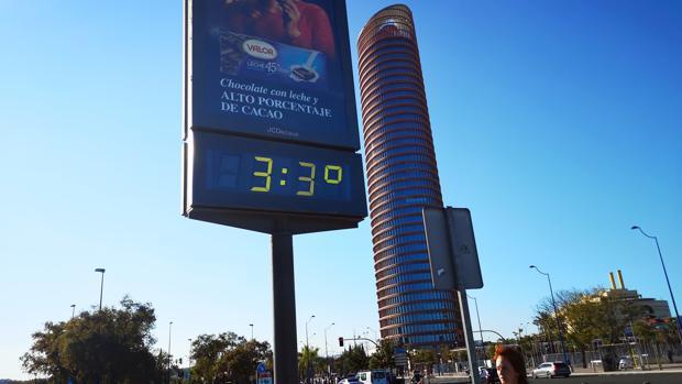 Un termómetro marca 33 grados al lado de la Torre Sevilla
