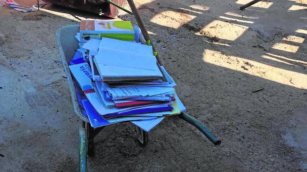 El carrillo de mano con papeles municipales de Valencina