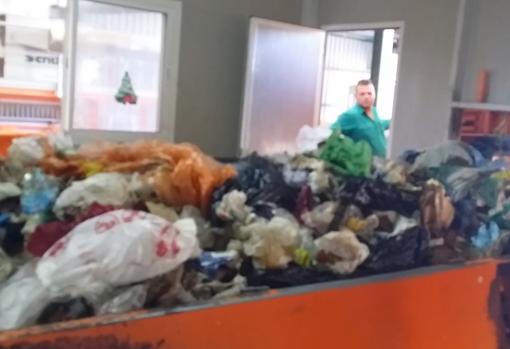 Contemplando el paso de basura