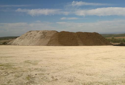 Cuando el agujero se cubre de basura, varios camiones vierten arena sobre él