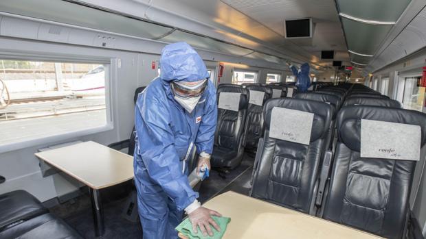 Desinfección de un vagón del AVE