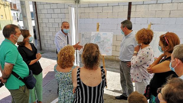 Los vecinos han conocido los detalles de la obra por boca del consejero delegado de Emasesa, Jaime Palop