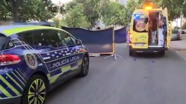 Un motorista de 37 años, hospitalizado con lesiones graves tras chocar contra un árbol en Sevilla