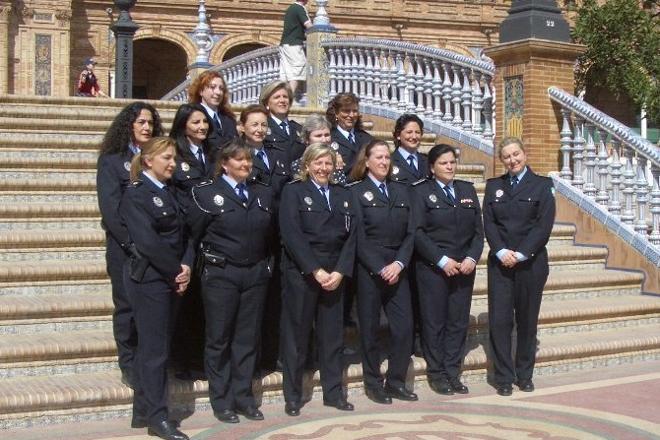 La mayoría de las integrantes de la primera promoción celebrando sus 25 años