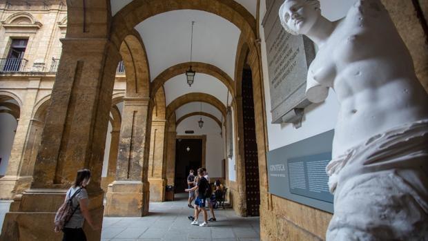 La Universidad de Sevilla premia a la de Córdoba por sus cincuenta años