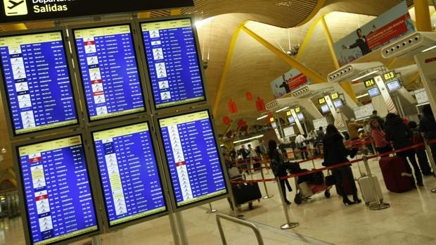 Panel de información de vuelos en el aeropuerto Adolfo Suárez Madrid-Barajas