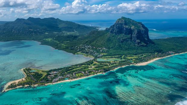 Vista panorámica de Le Morne Brabant, el gran icono de Isla Mauricio. La montaña fue declarada Patrimonio Mundial de la UNESCO en 2008